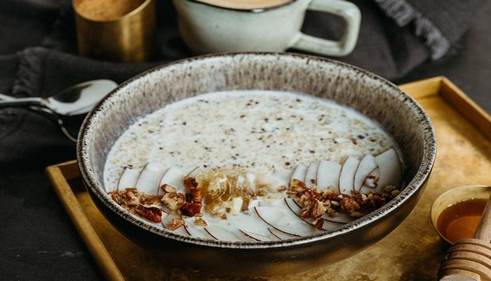 Рецепт для воскресного завтрака: каша из киноа с медом и кокосом