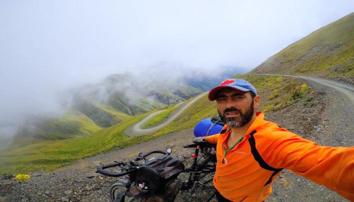 Лицом к лицу со смертью! Азербайджанец на велосипеде покоряет горы Грузии