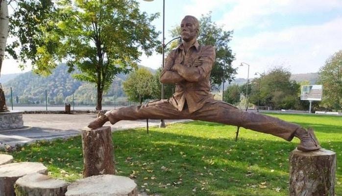 В Азербайджане есть деревня Вандам. Жан-Клоду Ван Дамму там поставили памятник
