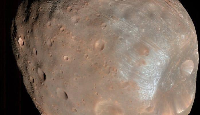 Посадка на спутники Марса будет опасной для роботов и людей, считают ученые