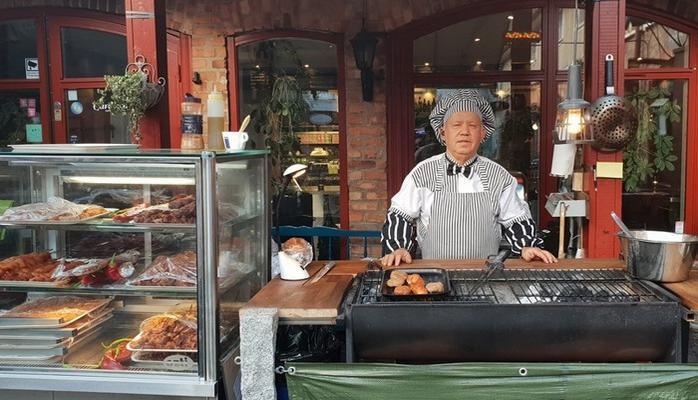 50 yıl İsveç'te çalıştı, emekli olunca Çorum'daki köyüne gelip pizzacı dükkanı açtı