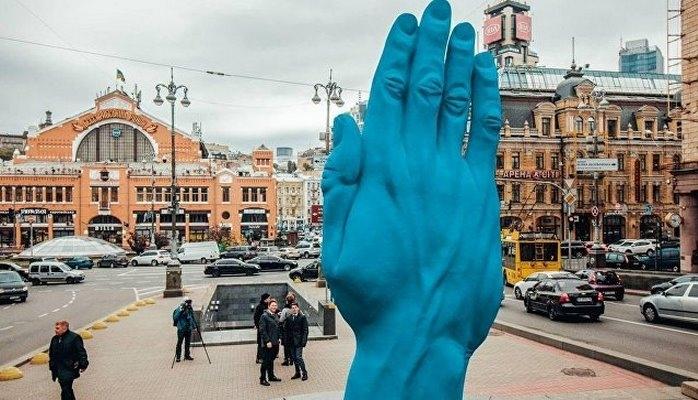 В Киеве на месте памятника Ленину появилась синяя рука