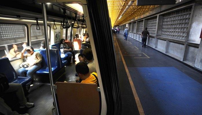 В метро Венесуэлы закончилась бумага для билетиков, пассажиры едут бесплатно