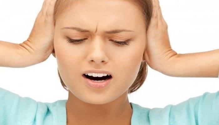 Шум в ушах может быть симптомов недостатка витамина B12