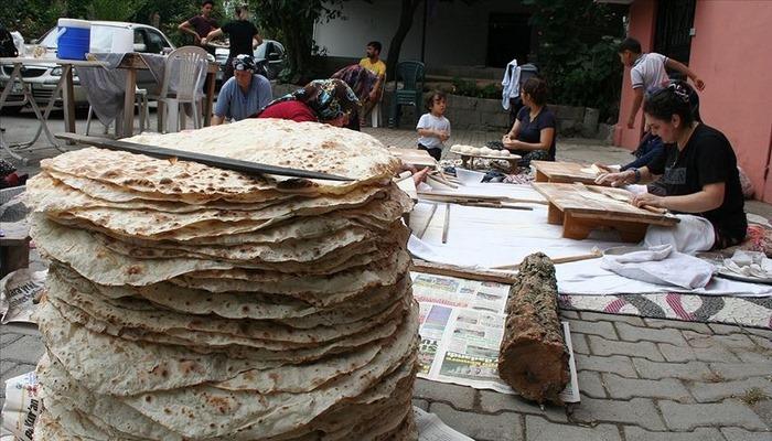 Hatay'da bayram sofralarının vazgeçilmezi yufka ekmek, imece usulü hazırlanıyor