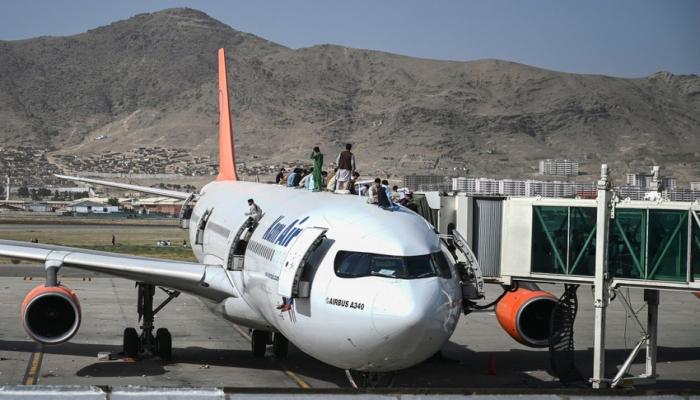 """""""Taliban"""" hava limanına giriş-çıxışı bağladı"""