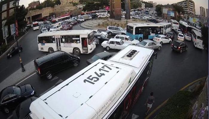"""Hazırda """"Neftçilər"""" metrostansiyasının yaxınlığında nəqliyyatın hərəkəti dayanıb"""
