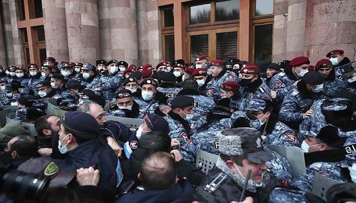 İrəvanda etirazçılar hökumət binasına daxil oldular