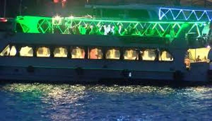 İstanbul... Umurlarında değil!.. Bu kez teknede!