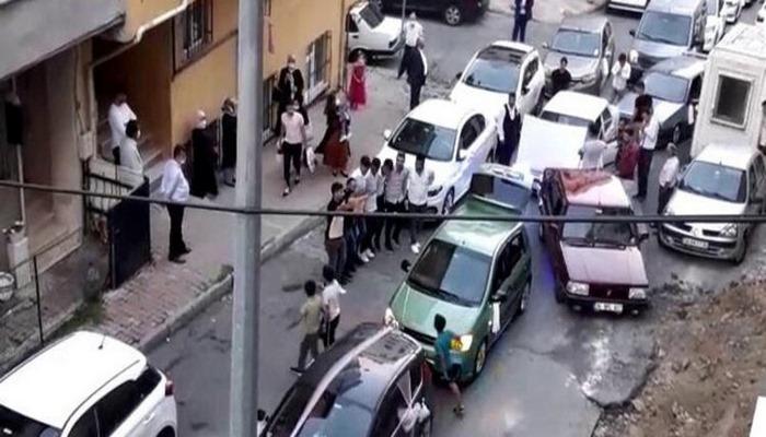 İstanbul'da 'pes' dedirten görüntüler! Yolu kapatıp halay çektiler.