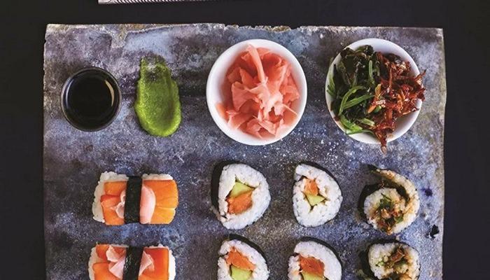 Japon suşi şefi, salgın nedeniyle azalan işlerini 'üstsüz teslimatla' canlandırmaya çalışıyor