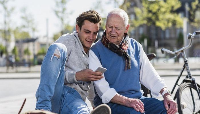 Kiber qocalıq: yaşlı insanları yeni texnologiyalara necə öyrəşdirməli
