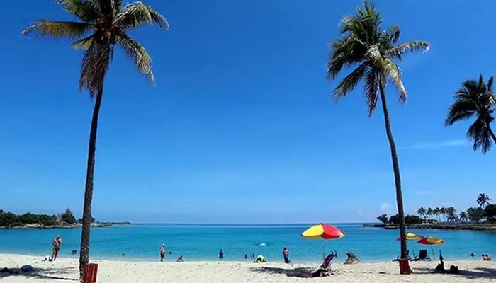 Kısıtlamalar gevşetilince Kübalılar plajlara akın etti
