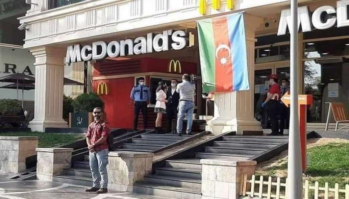 """""""McDonalds"""" önünüdə dayanan Hüseyn kimdir?"""
