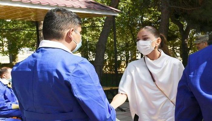 Mehriban Əliyeva yaralı hərbçilərlə görüşdə kövrəldi