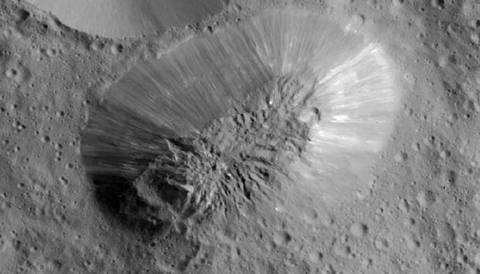 """На Церере нашли следы недавних извержений """"содовых"""" вулканов"""