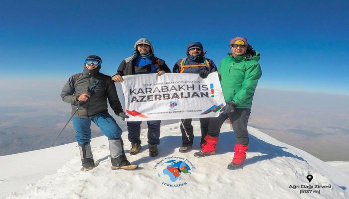 """На вершине Агрыдага поднят плакат """"Карабах – это Азербайджан!"""""""