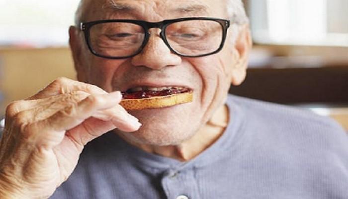 Названы опасные продукты и напитки для пожилых людей на завтрак