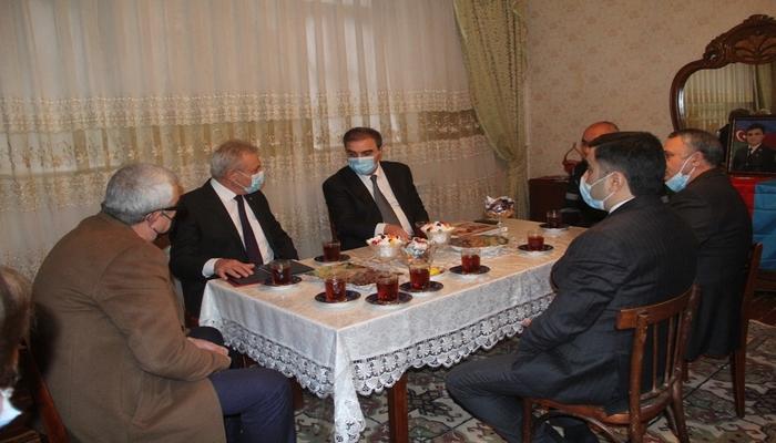 Niyazi Bayramov şəhid ailəsini ziyarət edib