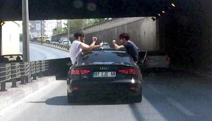 Otomobilin camından çıkıp, kapıya oturarak 'taş, kağıt, makas' oynadılar