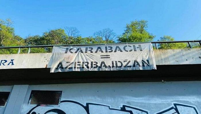 """Praqada """"Qarabağ Azərbaycandır!"""" posteri"""