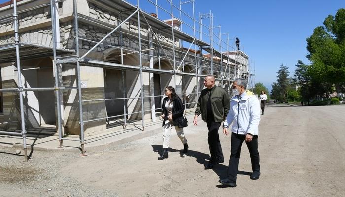 Prezident İlham Əliyev Şuşa Rəsm Qalereyasında görülən işlərlə tanış olub