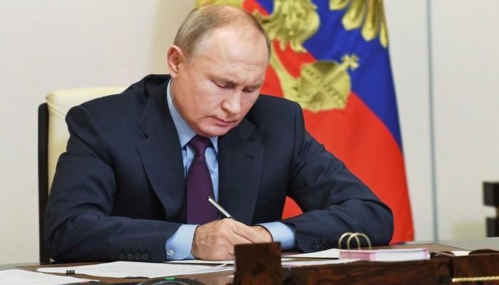 Putin yenidən prezidentliyə namizəd olmasına imkan verən qanunu imzalayıb
