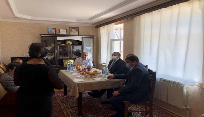 Ректор БГУ вручил диплом шехида Шамиля Наджафова его семье