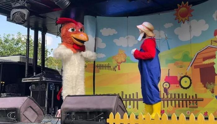 Sahnebüs, yine park ve meydanlarda çocukların karşısında