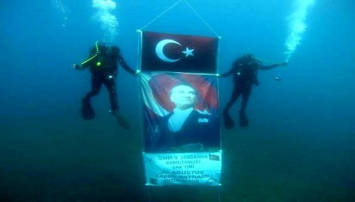 SAK timinden 30 Ağustos dalışı; su altında bayrak ve Atatrük posteri açtılar