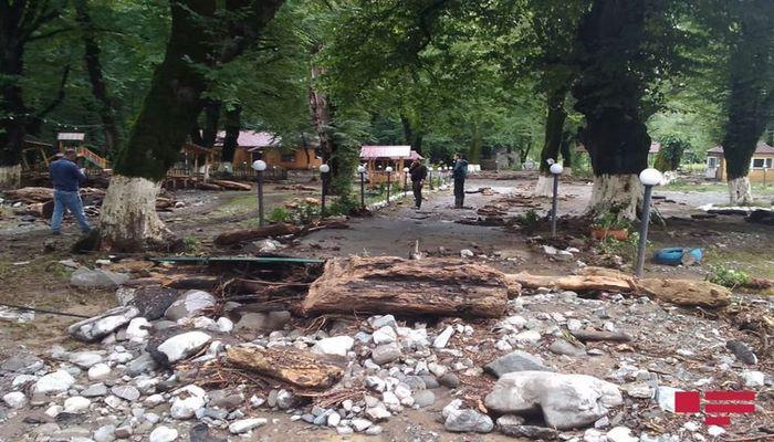 Сель затопил дорогу Исмаиллы-Габала, вода проникла в дома