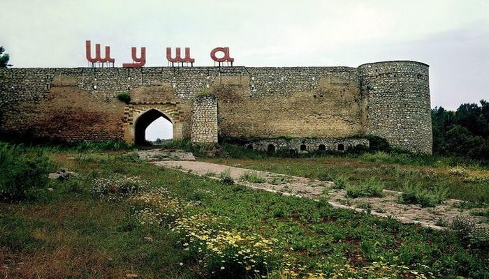 Şuşa qalasında böyük ölçülü Azərbaycan bayrağı