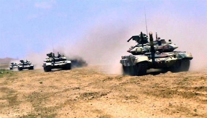 Tank bölmələri artilleriya ilə qarşılıqlı fəaliyyətdə təlim-döyüş tapşırıqlarını icra edirlər