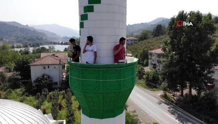 Telefon çekmeyen kırsal mahallede görüşmek için minareye çıkıyorlar