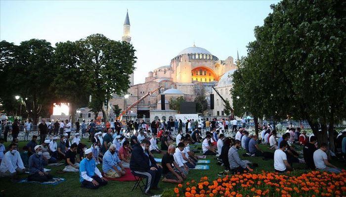 Верующие мусульмане возносят молитвы в Айя-Софье
