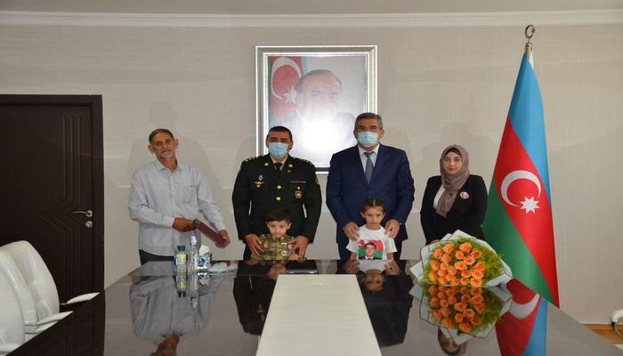 Vətən Müharibəsi Qəhrəmanı kapitan Abdullayev Rəşad Arif oğlunun medalı ailəsinə təqdim edildi.