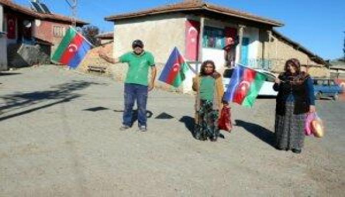 Türkiyənin bu kəndi bayrağımızla bəzədildi - Foto