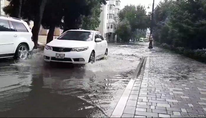 Bakıda küçələri su basıb - yağışın fəsadları